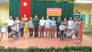 Trường Tiểu học Nam Tân cùng BCH Quân sự huyện Nam Trực tổ chức buổi sinh hoạt tập thể tháng 10 và tặng quà cho học sinh có hoàn cảnh khó khăn